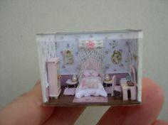 Huis van poppen-miniaturen-schaal 1 / 144 kamer slaapkamer met bed met gordijnen.