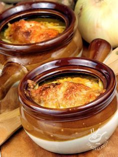 La Zuppa di cipolle è un primo della tradizione contadina che non passa mai di moda ed è intramontabile. Estremamente versatile e facile. Veggie Recipes, Wine Recipes, Pasta Recipes, Soup Recipes, Easy Cooking, Cooking Recipes, Italy Food, Finger Foods, Italian Recipes