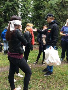 Toisella rastilla ryhmä jaettiin kahteen osaan. Toiset tekivät lettuja ja toiset yrittivät tunnistaa mausteen hajun perusteella. Tässä kuvassa haastellaan mausteita.