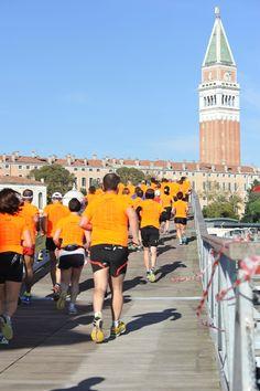 #Venicemarathon la #maratona va verso San Marco sul ponte che attraversa il Canal Grande appositamente costruito