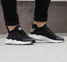 Nike AIR HUARACHE RUN ULTRA https://www.sooco.nl/nike-air-huarache-run-ultra-zwarte-lage-sneakers-28456.html