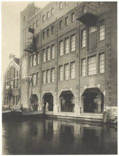 Chocoladefabriek `Droste`aan het Noorder Buiten Spaarne, jaren 40 Vintage Photographs, Mexico, Humor, City, Building, Dyslexia, Nostalgia, Art, Cheer