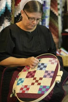 Amish woman quilting in Log Cabin Quilt Shop, Bird in Hand, PA Amische Quilts, Mini Quilts, Sampler Quilts, Amish Culture, Amish Community, Pennsylvania Dutch, Amish Country, Quilt Sizes, Quilt Blocks