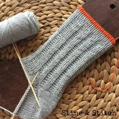 Baby Knitting Patterns Mittens Socks with right / left pattern by Stine & Stitch (Diy Baby Mittens) Baby Knitting Patterns, Knitting Blogs, Knitting Socks, Knitting Projects, Crochet Patterns, Knitting Wool, Crochet Pullover Pattern, Knit Crochet, Baby Mittens