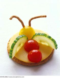 Food art - Edible flying bug Fun food Cracker Fingerfood Kids Gurke Tomaten Physalis