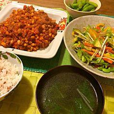 何じゃこの組み合わせ… - 8件のもぐもぐ - チリコンカン、アボカド・パプリカ・水菜のバルサミコ酢サラダ、わかめスープ by Junya Tanaka