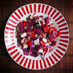 Questo piatto di farro coloratissimo con tofu e cavolo viola è ricco di nutrienti. Scopri tutti i valori nutrizionali su Oreegano! (Ricetta di Eliana Albertini)