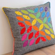Make simple, easy, practical patchwork, free patterns and tutorials Handmade Pillows, Diy Pillows, Throw Pillows, Applique Pillows, Patchwork Cushion, Quilted Pillow, Rainbow Quilt, Colorful Quilts, How To Make Pillows