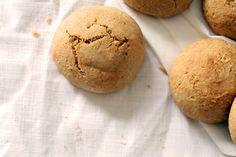 Gluteenittomat porkkanasämpylät (12 kpl)  2 dl tattarijauhoa 2 dl mantelijauhoja 2 tl leivinjauhetta 1,5 rkl psylliumkuitujauhetta 3 dl mantelimaitoa tai esimerkiksi kaura- tai riisimaitoa 1 rkl hunajaa 1 dl kirnuvoita tai esimerkiksi manteliöljyä 1/2 tl merisuolaa + 0,5–1 dl porkkanaraastetta  200C 20min