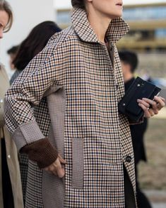 check coats street fashion Fashion 2020, Daily Fashion, Street Fashion, Cool Outfits, Fashion Outfits, Fashion Details, Coats For Women, Winter Fashion, Women Wear