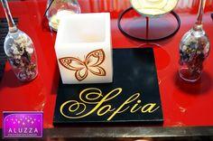 Centro de mesa para XV años personalizado con nombre y silueta de mariposa, en tonos dorado/negro. ALUZZA