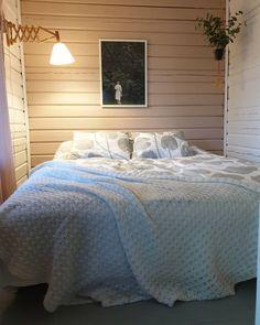 "Tiina on Instagram: ""🌿🍀🌸 #mökki #meidänmökki #stuga #cottage #sisustus #sisustusinspiraatio #inredning #inredningsinspiration #makuuhuone #sovrum #bedroom…"" Comforters, Blanket, Bed, Furniture, Instagram, Home Decor, Creature Comforts, Quilts, Decoration Home"
