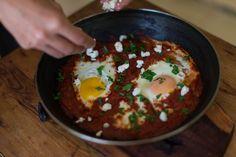 Huevos con salsa de tomate picante, queso y curry