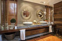Banheiro rústico com parede de madeira