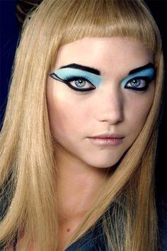Gemma Ward at Alexander McQueen - Blue eyeshadow Crazy Makeup, Makeup Looks, Extreme Makeup, Gemma Ward, Photoshoot Makeup, Blue Eyeshadow, Models Makeup, Retro Hairstyles, Blusher