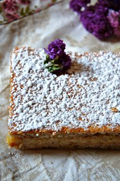 De origen español y típico de Huesca. Un delicioso pastel de fino bizcocho de merengue almendrado, relleno de un suave praliné de m...