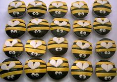 Bijtjes cupcakes fondant of marsepein / bee cupcakes - fondant and edible glitter  www.hierishetfeest.com