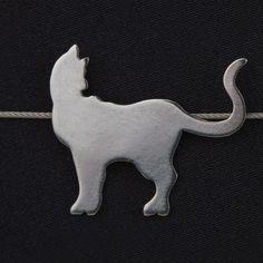 Exklusiv für die neoomi KunstKatzen Ausstellung 2015 entstand in Zusammenarbeit mit der diplomierten Schmuckdesignerin Bettina Jungrichter eine Kollektion exquisiter Schmuckstücke für Katzenliebhaber. (Kettenanhänger Paul)