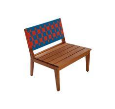Poltrona | 69Lx64Px73H. Design Carlos Alcantarino. Fabricada em madeira de eucalipto e percintas de polipropileno. Disponível em diversas cores. Peseira vendida separadamente.