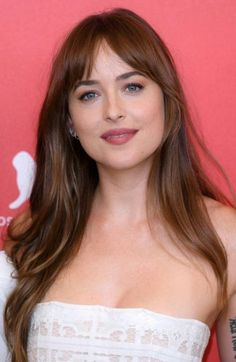 Chop It Off - Wispy Bangs Inspo That'll Make You Take The Plunge - Dakota johnson - Pony wispy Wispy Bangs, Long Hair With Bangs, Hair Bangs, Fringes For Long Hair, Long Hair Fringe, Side Fringe Bangs, Straight Fringes, Medium Hair Styles, Curly Hair Styles