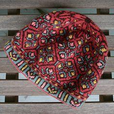 Fair Isle hat with embroidery, Allamanda Hat, by Mary Ann Stephens, copryright 2012 Fair Isle Knitting Patterns, Knitting Designs, Knitting Projects, Knitting Tutorials, Hat Patterns, Stitch Patterns, Loom Knitting, Hand Knitting, Knitting Machine