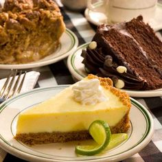 Joes Crab Shack Key Lime Pie and many more pie recipes! Köstliche Desserts, Delicious Desserts, Dessert Recipes, Fruit Dessert, Yummy Food, Classic Key Lime Pie Recipe, Joe Crab Shack, Keylime Pie Recipe, Pie Recipes