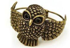 Armband Vintage - Big Owl    Så läckert armband där en stor uggla breder ut sina vingar runt din arm Ögonen är av svarta strasstenar.    Man öppnar enkelt armbandet och fäster runt handleden genom att öppna ena vingen. Mitt bak på armbandet sitter ett gångjärn.    Ugglan är ca 5 cm hög.  #armband #bracelet #owl #uggla #vintage Owl Bracelet, Bracelets, Straw Bag, Things To Come, Vingar, Antiques, Jewelry, Antiquities, Antique