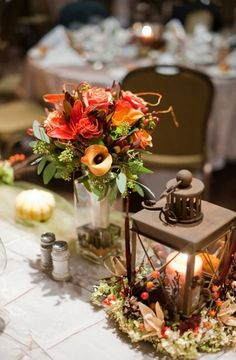 Pretty wedding centerpiece with a vintage lamp
