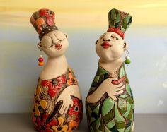 Dies ist eine schöne Frauen-Keramik-Skulptur besteht aus 2 Teilen. Diese Position umfasst beide Teile. Es ist ein Satz von zwei weiblichen Keramikfiguren, sondern macht ein ganzes zusammen nicht miteinander verbunden.  Ich habe diese Skulptur von wunderbar braun-grau-Ton der Beziehungen zwischen Frau, Freundschaft, Liebe, Mütter und Töchter, Schwestern denken... Ich dachte, wie einige von Ihnen sind etwas Besonderes für mich und sind voll von Bedeutung für mich. Ich beschließe, schmücken sie…