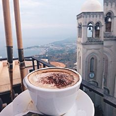 """Цвет чашки влияет на вкус кофе.  Оказывается, цвет чашек влияет на то, как мы воспринимаем вкус кофе. В ходе исследования, проведённого совместно австралийскими и английскими учёными, было установлено, что белая кружка повышает номинальную """"интенсивность"""" вкуса кофе по отношению к прозрачной посуде. Кроме того, кофе был оценен как «менее сладкий» в белой кружке по сравнению с прозрачными и голубыми кружками."""