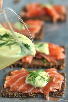 Gravlax, il salmone marinato alla svedese Tapas, Finger Food Appetizers, Appetizer Recipes, Bruschetta, Gravlax Recipe, Seafood Recipes, Cooking Recipes, Gourmet Sandwiches, International Recipes