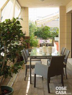 La terrazza diventa living: arredare anche con le piante - Cose di Casa Wooden Decks, Outdoor Furniture Sets, Outdoor Decor, Tiny House, Sweet Home, Loft, Patio, Interior Design, Home Decor