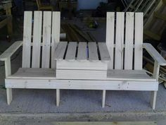 Adirondack Jack & Jill Chair from Pallets: Adirondack Jack & Jill chair made from repurposed wood pallets. It even includes a beer cooler in the middle! Pallet Crafts, Diy Pallet Projects, Wood Crafts, Wood Projects, Pallet Ideas, Diy Crafts, Pallet Chair, Pallet Furniture, Pallet Benches