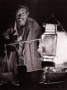El mercado de noche en Pekín, inmortalizado por Heinz von Perckhammer, que vivió allí en 1914-1927. Tras el colapso del Imperio Austro-Hungaro se quedó a vivir allí como fotógrafo.  Texto completo en: http://actualidad.rt.com/cultura/view/140229-chamanes-sufragistas-fotos-china-historia
