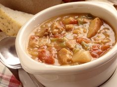A delicious tomato based Manhattan clam chowder recipe, cooked in the slow cooker with tomatoes, minced clams, thyme, and bacon. Crockpot Clam Chowder, Clam Chowder Recipes, Manhattan Clam Chowder, Ninja Cooking System, My Favorite Food, Favorite Recipes, Boston Food, Large Slow Cooker, Crock Pot Soup