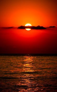 The ocean at sunset . 'Red sky at nite . Red sky in the… Cool Pictures, Cool Photos, Beautiful Pictures, Amazing Sunsets, Amazing Nature, Beautiful World, Beautiful Places, Beautiful Scenery, The Ocean