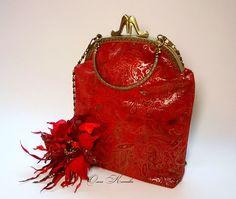 Сегодня стартуем на Красном Аукционе!!! Красный цвет – мощнейший цвет из всей имеющейся цветовой гаммы. На старославянском языке, название этого цвета, звучит как «чермный на новое», то есть – «самый лучший». Участие принимают: комплект из замши Пре Красная Леди сумочка и брошь, хризантема Рыжая красавица, роза Магдалина, мак красный. Завершение Аукциона 24.05.2016г в 23-00!!!…