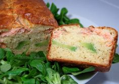 Cake salé au saumon et à l'avocat (de Sophie Dudemaine) Salmon Burgers, Sandwiches, Ethnic Recipes, Quiches, Moroccan Cuisine, Food, Thermomix, Salmon Patties, Quiche