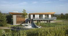 """Inspiriert vom Schiffbau als ureigener Form des Holzbaus, entwarf man die bugartigen Dachformen mit Schwingungen und Bögen; organische Formen, wie sie in der Natur vorkommen – Baufritz Konzepthaus """"Haussicht"""""""