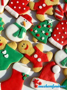 Biscotti in pasta di zucchero.ed è quasi Natale! Christmas Sugar Cookies, Christmas Snacks, Xmas Food, Christmas Cupcakes, Christmas Baking, Gingerbread Cookies, Kawaii Cookies, Fancy Cookies, Biscuit Decoration