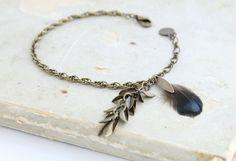 Bracelet bronze plumes de faisan vert irisé  de Comptoir des Muses sur DaWanda.com