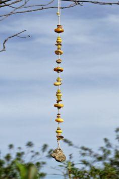 Mobiles und Hänger aus der Serie Elements. Das Element Erde - symbolisiert durch Gelb-/Ocker-/Brauntöne (nach #Fengshui), in verschiedenen Ausführungen und Längen, Fundstücke aus der Natur wie Steine und Schneckenhäuser, kombiniert mit Glas- und Holzperlen sowie echten Halbedelsteinen. #mobiles #windchimes #elemente #windspiele