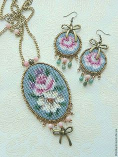 """Photo from album """"Крестик"""" on Yandex. Xmas Cross Stitch, Beaded Cross Stitch, Cross Stitch Rose, Hand Embroidery Designs, Beaded Embroidery, Cross Stitch Embroidery, Cross Stitch Patterns, Loom Beading, Beading Patterns"""