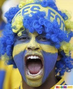 Seorang suporter Swedia bersorak menyambut laga penyisihan Grup D antara Ukraina melawan Swedia, Senin (11/6), di Stadion Olympic, Kiev, Ukraina.
