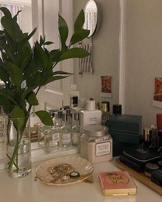 aesthetic interior room decor chanel Home Decor Room Ideas Bedroom, Bedroom Decor, Study Room Decor, Bedroom Inspo, Aesthetic Room Decor, Aesthetic Plants, Aesthetic Green, Dream Apartment, Small Apartment Design