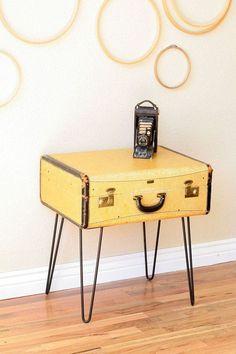 Table d'appoint DIY avec une vieille valise et des pieds en épingle  http://www.homelisty.com/diy-hairpin-legs/