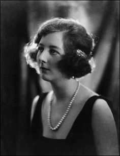Idina Sackville lived a quite extraordinary life. She was born into an aristocratic and privileged English family and lived most of her adult life in Kenya. Nancy Mitford, Happy Valley, 50 And Fabulous, Out Of Africa, Badass Women, Women In History, Vintage Photographs, Vintage Beauty, Historical Photos