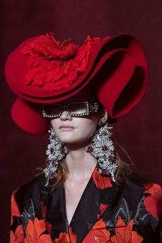 Gucci at Milan Fashion Week Spring 2017 - Details Runway Photos Gucci Fashion, Paris Fashion, Runway Fashion, Spring Fashion, High Fashion, Fashion Show, Gucci Spring 2017, Creative Fashion Photography, Steampunk Top Hat