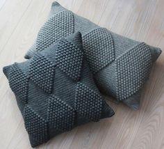 Opskrifter til salg :D (Lutter Idyl) Bobble stitch harlekin pattern Learn the rudiments of how to cr Crochet Design, Crochet Diy, Crochet Home Decor, Ravelry Crochet, Crochet Hooks, Crochet Pillow Pattern, Knit Pillow, Crochet Stitches, Cushion Pillow