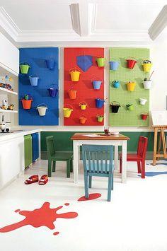 Quem tem crianças sabe: manter brinquedos no lugar é um grande desafio. Para resolver o dilema, a arquiteta Vivian Pazian otimizou a rotina desta brinquedoteca, localizada numa casa do bairro paulistano do Morumbi, com a instalação de três painéis